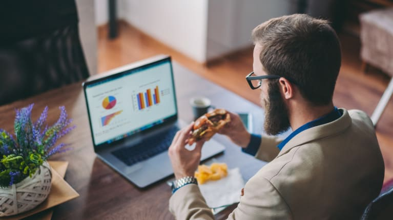 man eating lunch at desk