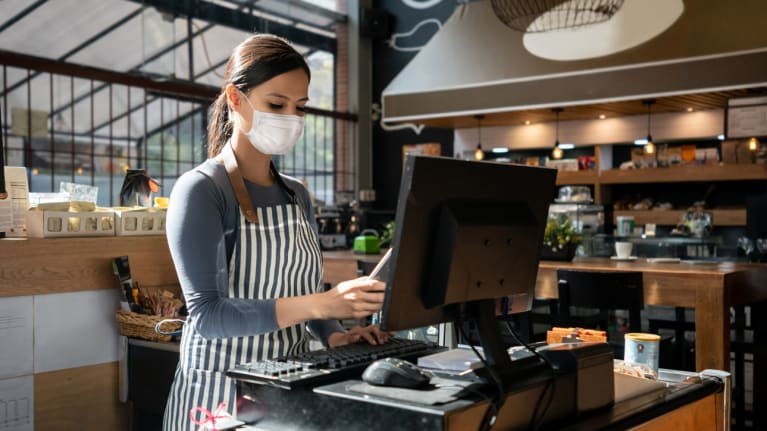 restaurant worker wearing a facemask